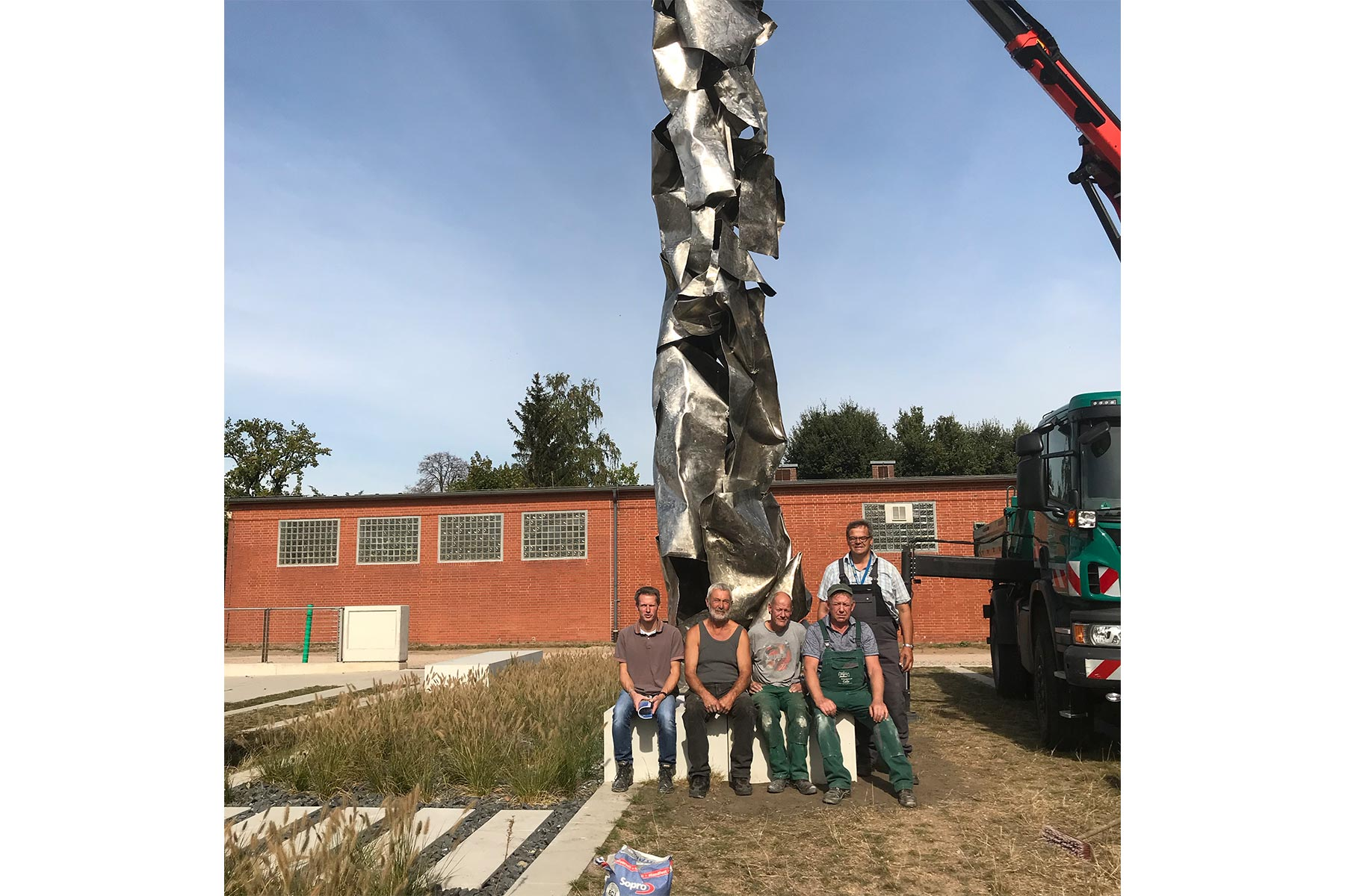 The men of the Grünflächenamt in Celle who helped me tremendously with the transport and installation of the sculpture